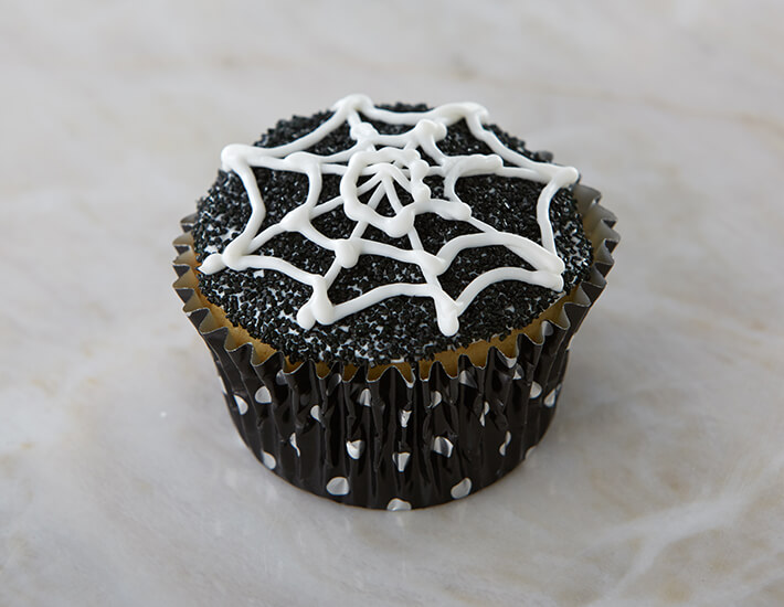 spooky-spider-web-cupcakes-black-and-white-home